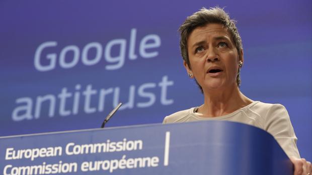 La comisaria de Competencia, Margrethe Vestager, cuando anunció la sanción a Google en 2015