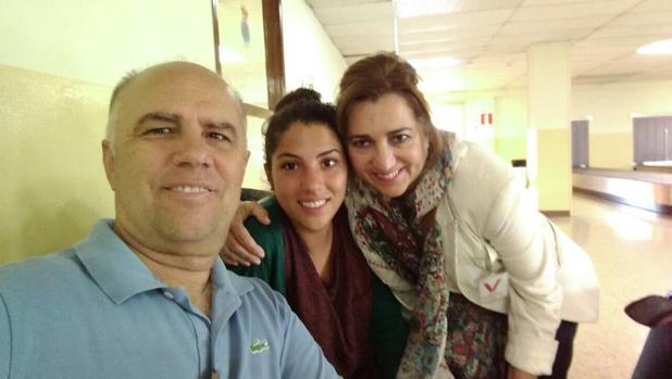 Un autorretrato de Sara Cerezo a su llegada ayer a Madrid, junto a sus padres