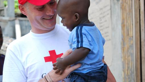 Javier Manteiga, en su labor en Cruz Roja Española
