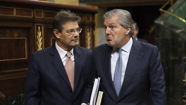 El ministro de Educación, Íñigo Méndez de Vigo, hoy en el Congreso, junto al de Justicia, Rafael Catalá