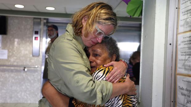 La alcaldesa de San Juan, Carmen Yulín Cruz (i), abraza a una mujer durante su visita a un hogar de ancianos hoy, viernes 22 de septiembre de 2017, a dos días del paso del huracán María, en San Juan (Puerto Rico).