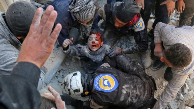 Los Cascos Blancos rescatan a un niño en Alepo