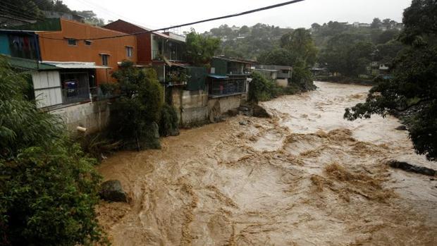 El río Tiribi en San José, Costa Rica, donde el paso de la tormenta tropical Nate, ha dejado 11 muertos