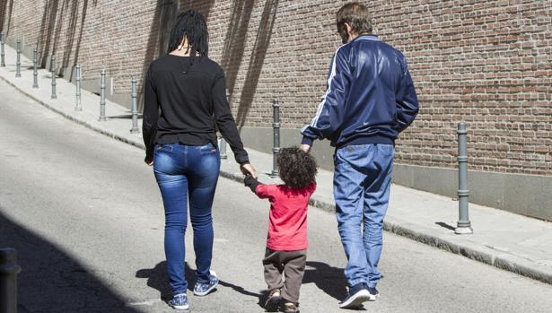 Jorge, su mujer y su hijo pequeño caminan por una calle de Madrid a su regreso de Perú