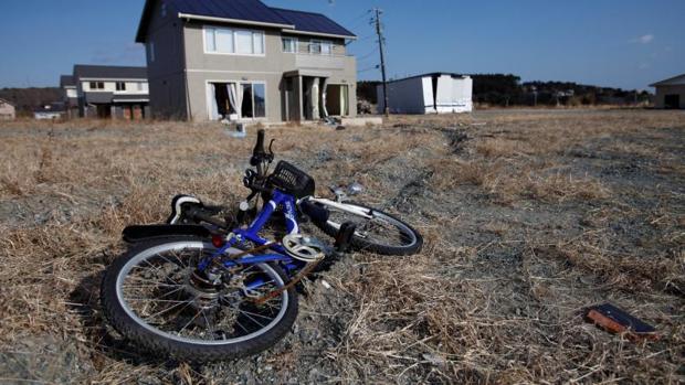 Una bicicleta y casas abandonadas en la zona de exclusión de Fukushima