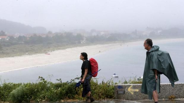 Dos peregrinos en la playa de Langosteira, Finisterre, La Coruña