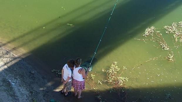 Turistas, pescando en un embalse en Galicia