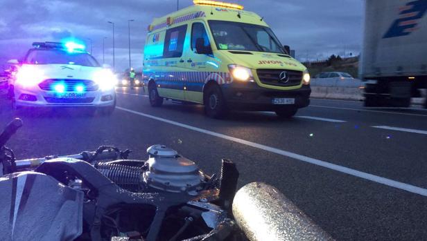 Un motorista de 40 años murió tras colisionar con un camión en la A-2, a la altura del kilómetro 25, en Alcalá de Henares, en sentido de salida de Madrid
