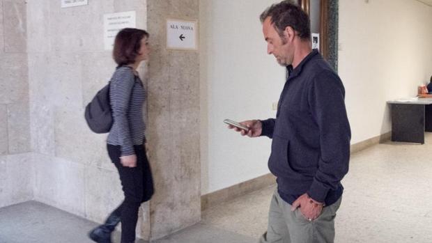 Juana Rivas y Francesco Arcuri en los tribunales de Caglari