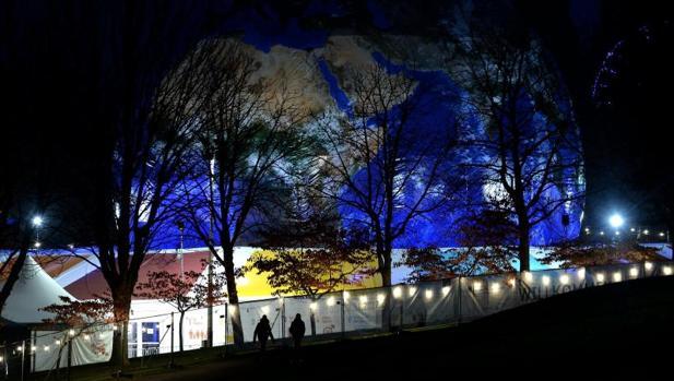 Vista de un globo terráqueo gigante iluminado en el espacio donde se celebra la Cumbre del Clima de Bonn (Alemania)