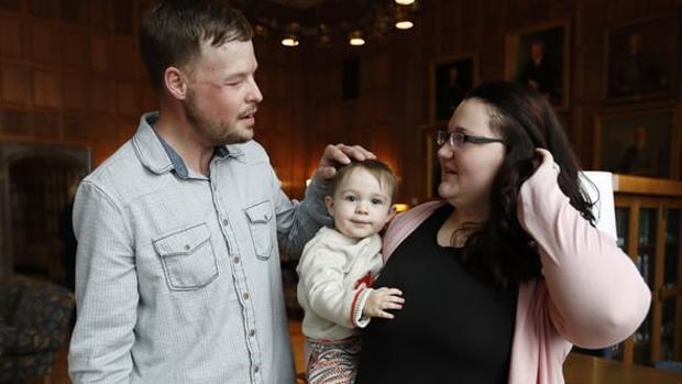 Lilly Ross, a la derecha, con su hijo Leonard en brazos, junto a Andy Sandness