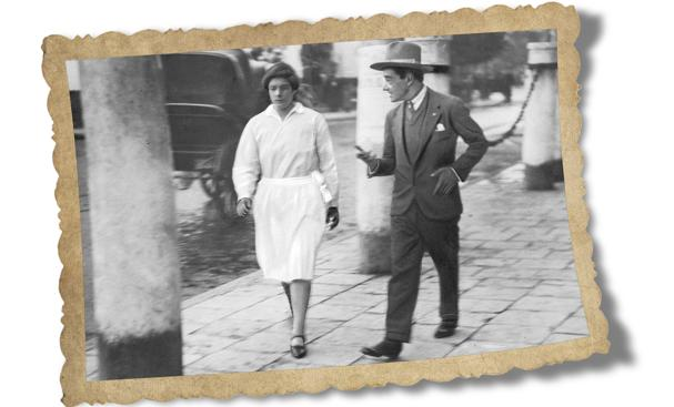 Sevilla, 1931. Un «cicerone» piropeando a una joven en una calle de la capital hispalense