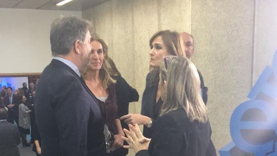 Bieito Rubido conversa com la coordinadora del ABC Salud, Nuria ramirez de Castro, y con la colaboradora del suplemento Teresa de la Cierva