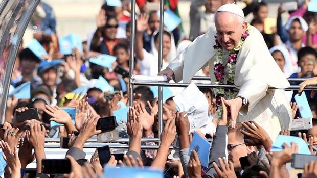 El Papa Francisco saluda a los fieles a su llegada para la santa misa y ordenación presbiteral en Bangladesh