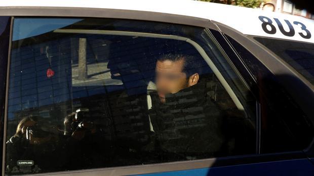 Coche de la Policía que traslada a dos de los cinco miembros de «La Manada»