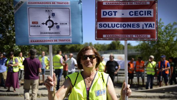 Concentración de examinadores de tráfico a las puertas de la DGT
