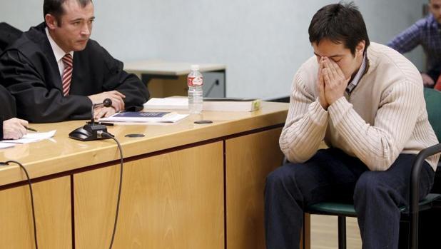 José Diego Yllanes (d), autor confeso de la muerte de Nagore Laffage, durante el juicio en Pamplona