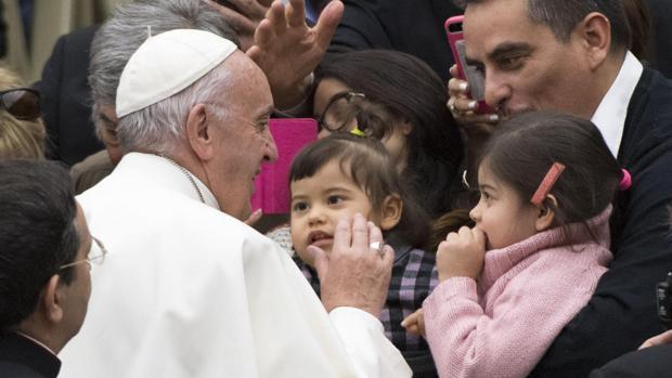 El Papa saluda a los peregrinos que han asistido a su Audencia en el Aula Pablo VI