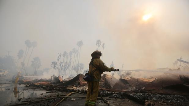 Bomberos intenta sofocar el fuego en una zona de apartamentos destrozada en Ventura