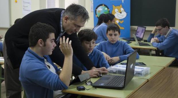Profesor impartiendo clases en un centro educativo madrileño