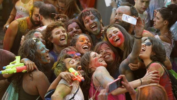 Varios jóvenes se hacen un selfi durante el festival de los colores Monsoon Holi Madrid