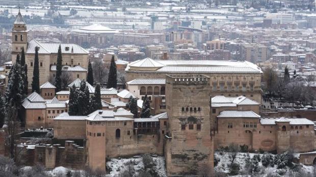 Vista general de la Alhambra de Granada, que ha recibido una intensa nevada y deja estampas invernales