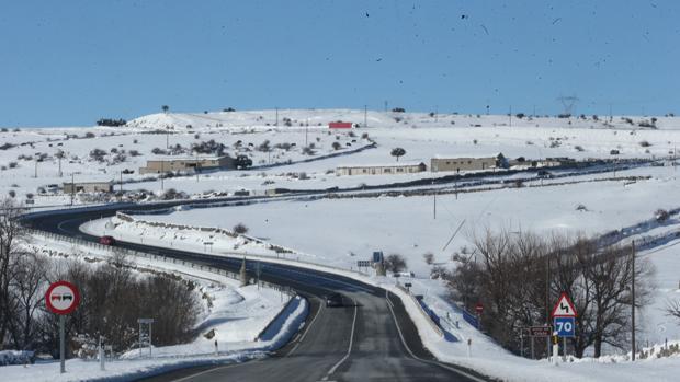 Directo nieve: paisajes nevados en los alrededores de la AP-6 Y la A-6 entre Villacastín y San Rafael tras el paso del temporal del fin de semana