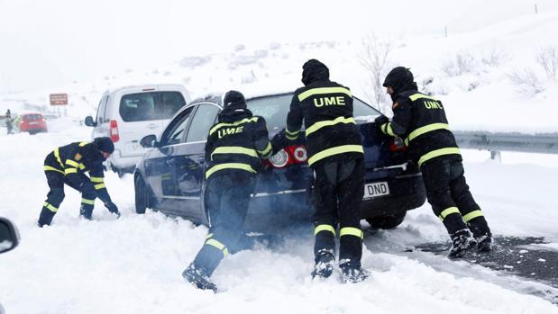 La UME intenta liberar a los vehículos atrapados en la AP-6