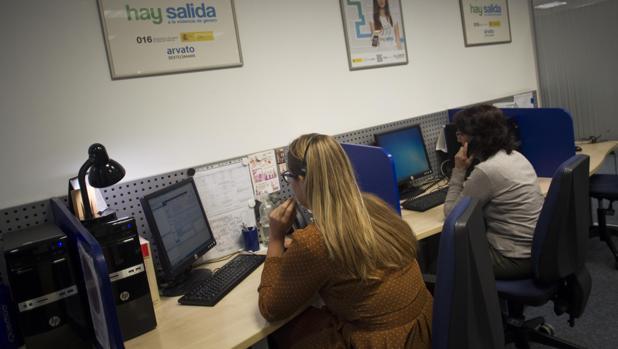 El teléfono 016 atiende a mujeres víctimas de violencia de género y a sus familiares y vecinos