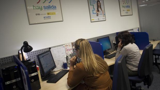 Decenas de personas atienden el teléfono 016 de asistencia a víctimas de la violencia machista