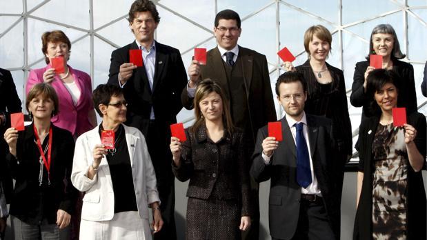 Bibiana Aído, en 2010, posa junto con otros responsables europeos de lucha contra la violencia de género sacando «una tarjeta roja al maltrato» en un acto celebrado en Valencia