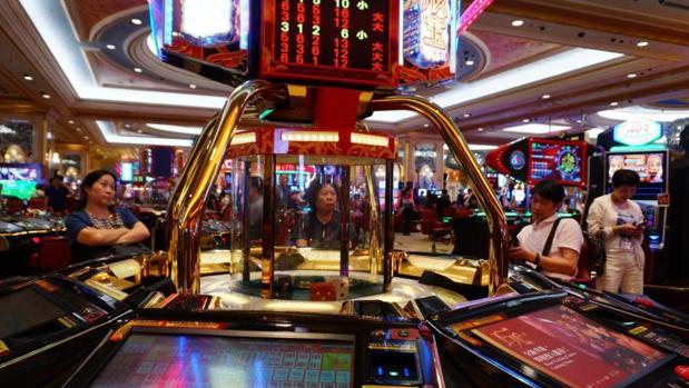 Varias personas juegan en el casino veneciano de Cotai Streep en Macao, China