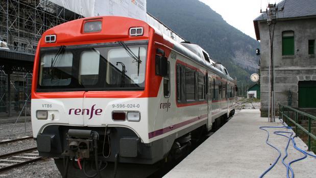Un tren tamagotchi, en la estación de Canfranc (Huesca)