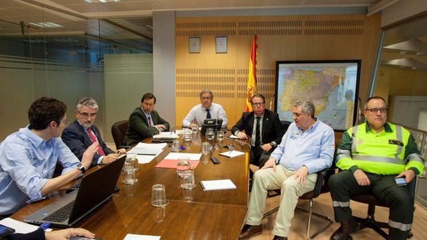 El ministro del Interior, presidiendo el comité de crisis formado el domingo en la sede de la DGT en Madrid, con Gregorio Serrano sentado a su izquierda