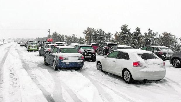 Cerca de 1.000 conductores piden indemnizaciones por el caos de la nevada en la AP6