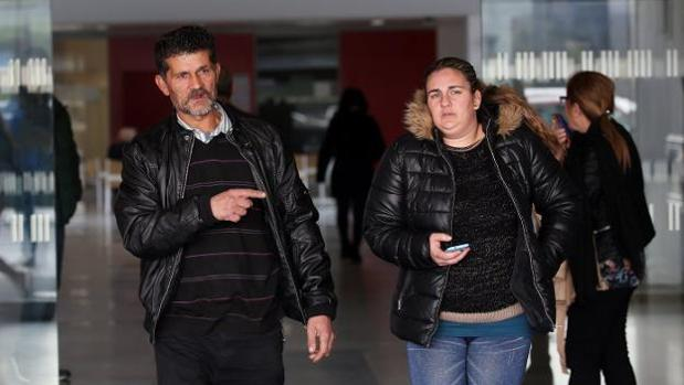 José Carlos Montoya Montoya, padre de Gonzalo, junto a su nuera, esperando noticias en el hospital.