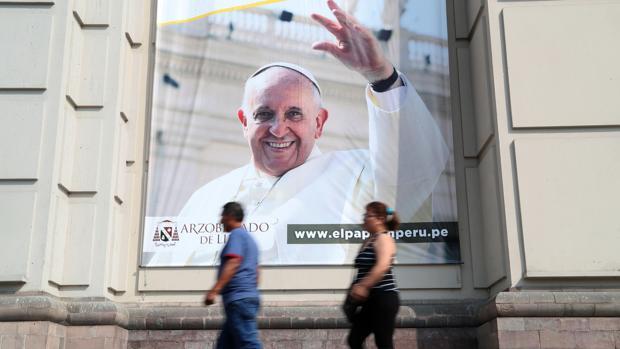 Vista de una pancarta gigante del papa Francisco en el atrio de la catedral de la ciudad de Lima (Perú)