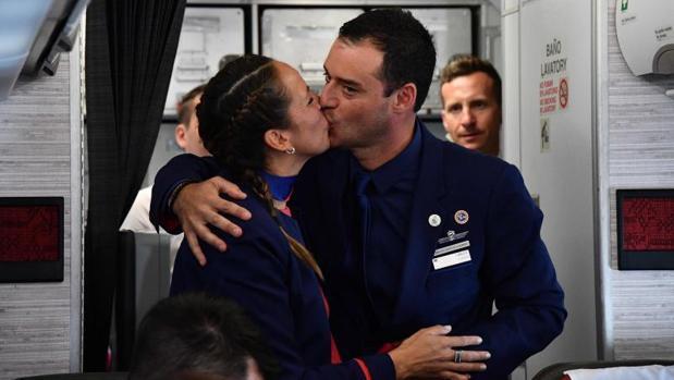 Paula Podest y Carlos Ciuffardi tras la boda celebrada por Francisco a bordo del avión papal
