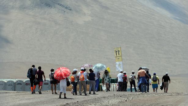 Cientos de personas asisten a la misa que oficiara el papa Francisco este jueves en Playa Lobito de la ciudad de Iquique (Chile)