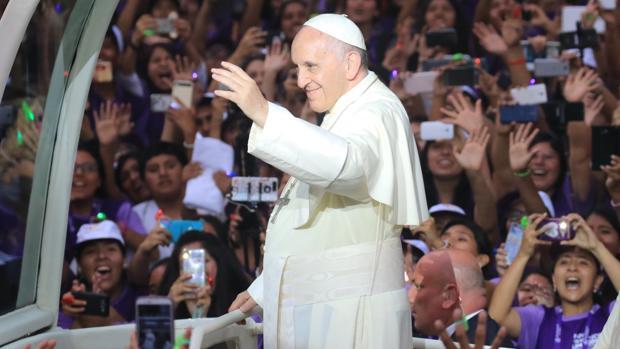 El papa Francisco saluda a fieles a su llegada a la Nunciatura en Lima