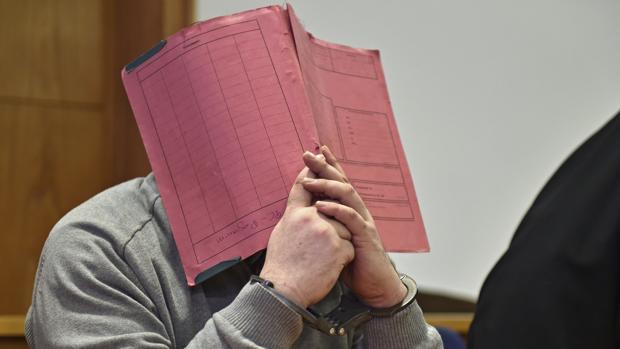 Niels H. oculta su rostro mientras permanece sentado en el banquillo de los acusados