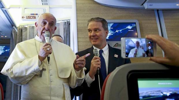 El Papa Francisco a bordo del avión