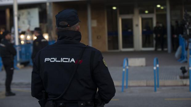 Fotografía de archivo de agentes de la Policía Nacional en Palma de Mallorca