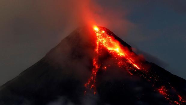 El volcán Mayon expulsa lava durante una erupción