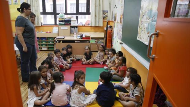 Varios niños en su aula del CEIP Palacio Valdés de Madrid