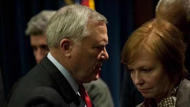 Brenda Fitzgerald (dcha) conversa con el gobernador de Georgia Nathan Deal (izda)