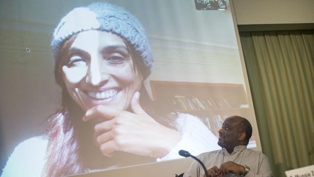 La activista española Helena Maleno en la pantalla junto al sacerdote eritreo Mussie Zerai