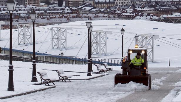 Aspecto que presenta una callede Oviedo tras la nieve caida en la ciudad en las últimas horas. Lasúltimas nevadas en distintos puntos del Principado de Asturias obligana utilizar cadenas para circular por el puerto de Pajares (N-630)