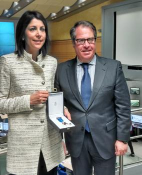 Gregorio Serrano ha hecho entrega de la medalla al Mérito de la Seguridad Vial a Anna González
