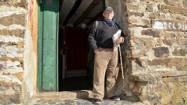 Jesús del Rincón, en la puerta de su taller de Los Campos (Soria)